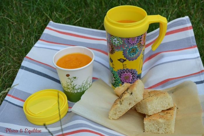 Soupe glacée carotte ,ananas et cumin accompagnée d'une focaccia au thym