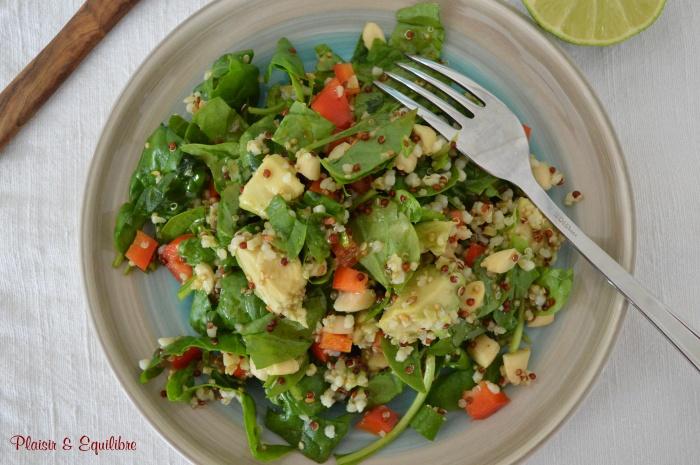 Salade d'épinards, amandes, sésame et avocat