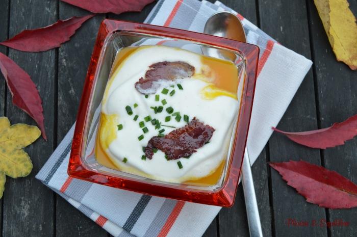 Velouté de potimarron à la mousse de lait et chips de canard