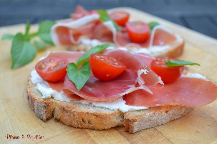 Tartines de jambon cru, tomates cerise et ricotta