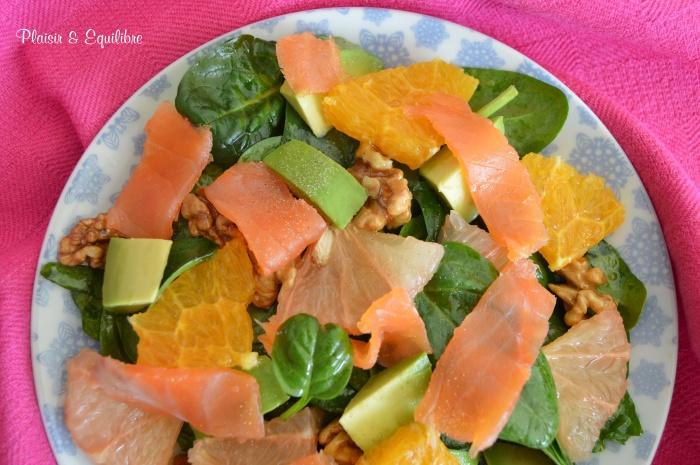 Salade d'épinards aux deux agrumes, truite fumée et noix caramélisées