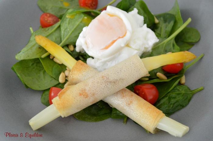 Asperges roulées brick, jambon et œuf poché sur salade d'épinards