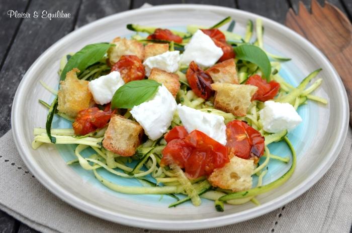 Spaghetti de courgettes aux tomates rôties, mozzarella et croûtons