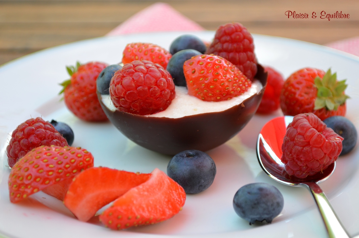Mousse au fromage blanc et fruits rouges dans sa coque au chocolat {Battle Food #63}
